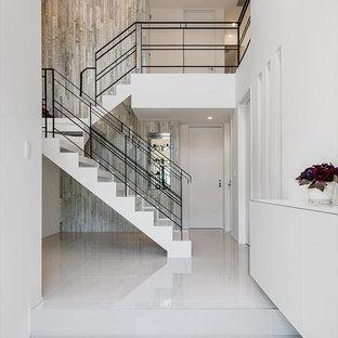 モダンスタイルのおしゃれな玄関 (白い壁、白い床) の写真