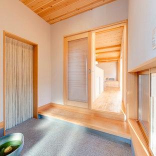 他の地域の和風のおしゃれな土間玄関 (白い壁、グレーの床) の写真