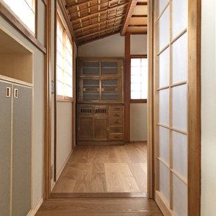 Immagine di un corridoio etnico con pareti bianche, parquet chiaro, una porta singola, una porta grigia, pavimento beige e soffitto a cassettoni