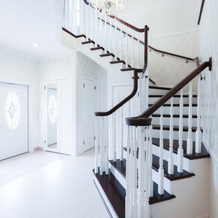 Стильный дизайн: большая узкая прихожая в классическом стиле с белыми стенами, полом из фанеры, двустворчатой входной дверью, белой входной дверью и белым полом - последний тренд