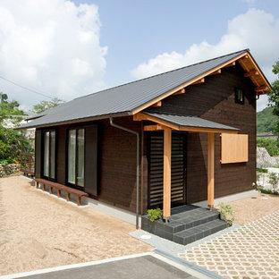 神戸の小さい和風のおしゃれな玄関 (茶色い壁) の写真