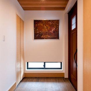 他の地域の片開きドアトランジショナルスタイルのおしゃれな玄関 (白い壁、無垢フローリング、木目調のドア、茶色い床) の写真
