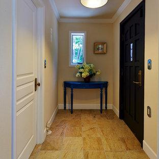 他の地域のトラディショナルスタイルのおしゃれな玄関 (ベージュの壁、淡色無垢フローリング、茶色い床) の写真