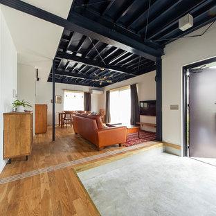 大阪の中くらいの片開きドアインダストリアルスタイルのおしゃれな玄関ホール (白い壁、コンクリートの床、黒いドア) の写真