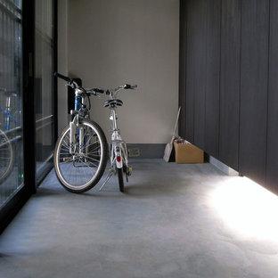 Idee per un corridoio etnico di medie dimensioni con pareti bianche, pavimento in cemento, una porta scorrevole, una porta in vetro e pavimento grigio