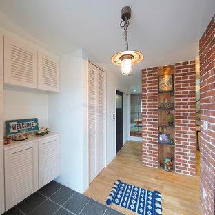 他の地域のミッドセンチュリースタイルのおしゃれな玄関 (マルチカラーの壁、グレーの床) の写真