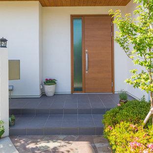 東京23区の片開きドア和風のおしゃれな玄関 (木目調のドア) の写真