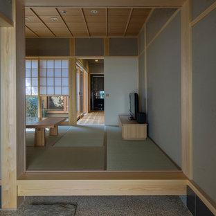 Inspiration pour une entrée asiatique avec un mur gris, un sol de tatami et un couloir.