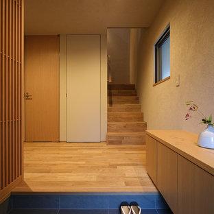 福岡のモダンスタイルのおしゃれな玄関 (茶色い壁) の写真