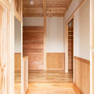 Idéer för en liten ingång och ytterdörr, med beige väggar, granitgolv, en tvådelad stalldörr, en brun dörr och rosa golv