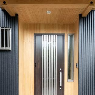 他の地域の小さいダッチドアおしゃれな玄関ドア (ベージュの壁、御影石の床、茶色いドア、ピンクの床) の写真