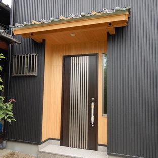 Diseño de puerta principal de estilo zen, pequeña, con paredes negras, suelo de granito, puerta tipo holandesa, puerta marrón y suelo rosa