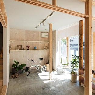 東京都下の中サイズの引き戸アジアンスタイルのおしゃれな玄関ホール (白い壁、淡色無垢フローリング、白いドア、ベージュの床) の写真