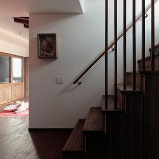 Пример оригинального дизайна: узкая прихожая среднего размера в стиле ретро с белыми стенами, бетонным полом, одностворчатой входной дверью, коричневой входной дверью и коричневым полом