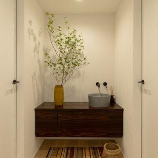 Idee per un ingresso o corridoio minimalista con pareti bianche, pavimento in compensato, soffitto in carta da parati e carta da parati