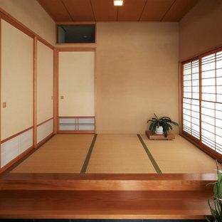 Cette photo montre un hall d'entrée asiatique avec un mur marron, un sol de tatami et un sol marron.