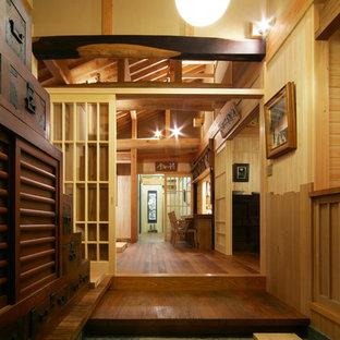 他の地域の和風のおしゃれな玄関 (茶色い壁、グレーの床) の写真