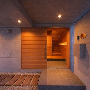 Réalisation d'une porte d'entrée minimaliste avec une porte en bois brun et une porte coulissante.