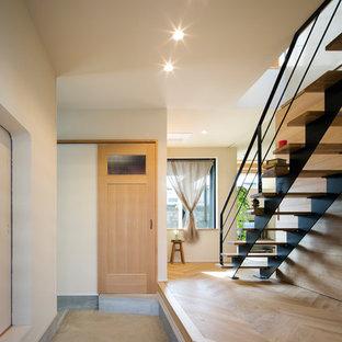 他の地域のコンテンポラリースタイルのおしゃれな玄関ホール (白い壁、コンクリートの床、グレーの床) の写真