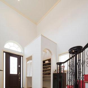 他の地域の片開きドアヴィクトリアン調のおしゃれな玄関 (白い壁、大理石の床、黒いドア、白い床) の写真
