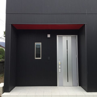 Imagen de entrada minimalista con paredes negras, suelo de baldosas de porcelana, puerta simple, puerta metalizada y suelo violeta
