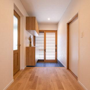 Diseño de hall papel pintado y papel pintado, asiático, pequeño, papel pintado, con paredes blancas, puerta corredera, puerta de madera en tonos medios, suelo gris, papel pintado y papel pintado