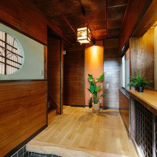 他の地域の引き戸和風のおしゃれな玄関 (緑の壁、無垢フローリング、ベージュの床、茶色いドア) の写真