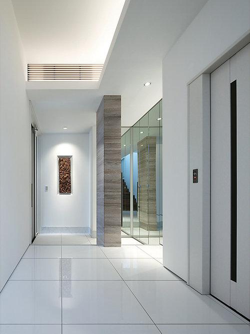 Foto e idee per corridoi corridoio moderno con pavimento for Piastrelle bianche pavimento