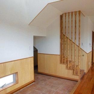 На фото: узкая прихожая в восточном стиле с полом из керамической плитки и бирюзовым полом