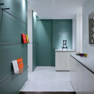 Diseño de hall papel pintado, moderno, pequeño, con paredes verdes, suelo de mármol, puerta simple, puerta negra, suelo blanco y papel pintado