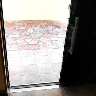 Неиссякаемый источник вдохновения для домашнего уюта: входная дверь в восточном стиле с полом из керамической плитки, раздвижной входной дверью и бирюзовым полом