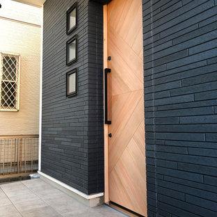 Ispirazione per una grande porta d'ingresso moderna con una porta scorrevole e una porta in legno bruno