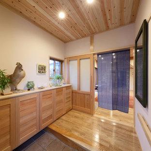 他の地域の和モダンなおしゃれな玄関 (無垢フローリング、板張り天井、下駄箱) の写真