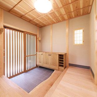 大阪の引き戸和風のおしゃれな玄関 (無垢フローリング、木目調のドア、ベージュの壁、板張り天井、下駄箱) の写真