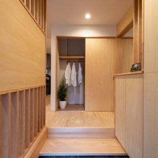 Idee per un corridoio etnico con pareti beige, soffitto in carta da parati e carta da parati