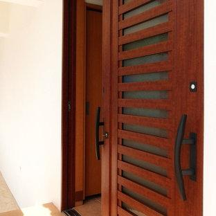 Inspiration för en medelhavsstil ingång och ytterdörr, med klinkergolv i keramik, en skjutdörr, en brun dörr och orange golv