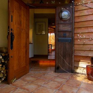 他の地域のサンタフェスタイルのおしゃれな玄関の写真