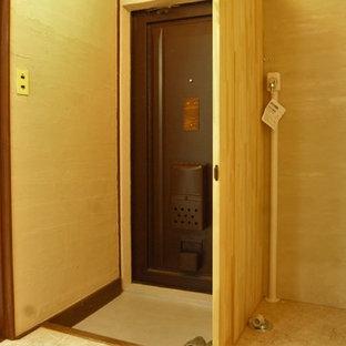 Ejemplo de hall de estilo zen, pequeño, con paredes blancas, suelo vinílico, puerta simple, puerta marrón y suelo beige