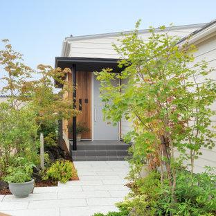 他の地域の片開きドアアジアンスタイルのおしゃれな玄関 (グレーのドア) の写真