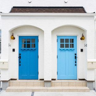 横浜の片開きドア地中海スタイルのおしゃれな玄関 (青いドア) の写真