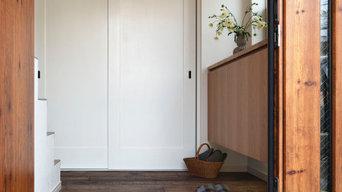 石畳とアンティーク照明のある玄関