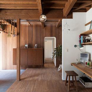 東京23区の片開きドアモダンスタイルのおしゃれなマッドルーム (マルチカラーの壁、コンクリートの床、木目調のドア、グレーの床) の写真