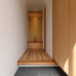 他の地域の和風のおしゃれな玄関ホール (白い壁、グレーの床) の写真
