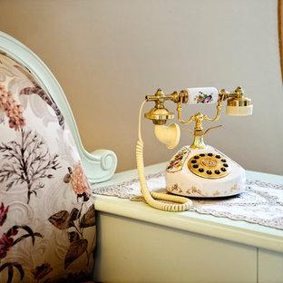 Стильный дизайн: большая узкая прихожая в викторианском стиле с розовыми стенами, полом из керамогранита, двустворчатой входной дверью и коричневой входной дверью - последний тренд