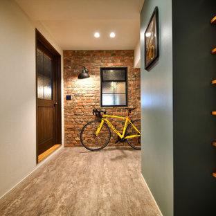 他の地域の中くらいの片開きドアインダストリアルスタイルのおしゃれな玄関ホール (マルチカラーの壁、木目調のドア、グレーの床) の写真