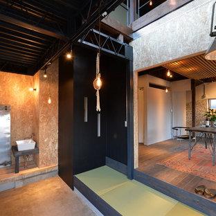 Cette image montre une entrée asiatique avec un mur multicolore et un sol de tatami.