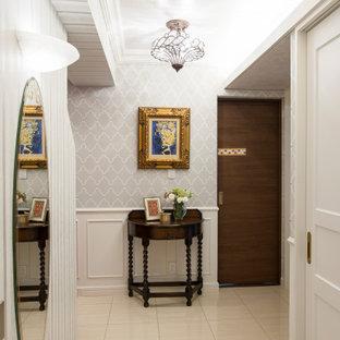 他の地域の中サイズのヴィクトリアン調のおしゃれな玄関ホール (白い壁、磁器タイルの床、白いドア、ベージュの床) の写真
