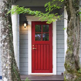 片開きドアカントリー風おしゃれな玄関ドア (青い壁、塗装フローリング、赤いドア、茶色い床) の写真