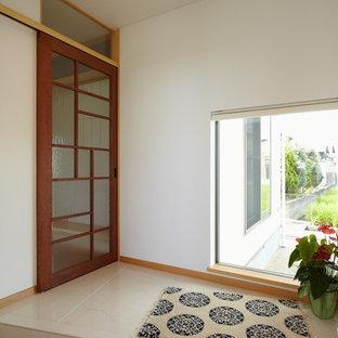 他の地域のアジアンスタイルのおしゃれな玄関 (白い壁、ベージュの床) の写真