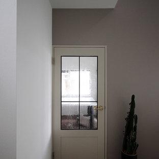 Idéer för små shabby chic-inspirerade entréer, med grå väggar, ljust trägolv och vitt golv